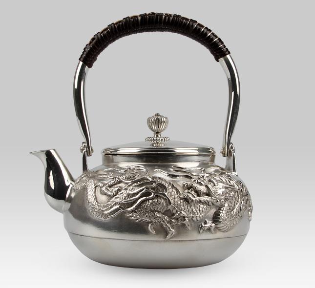 银壶 龙图案